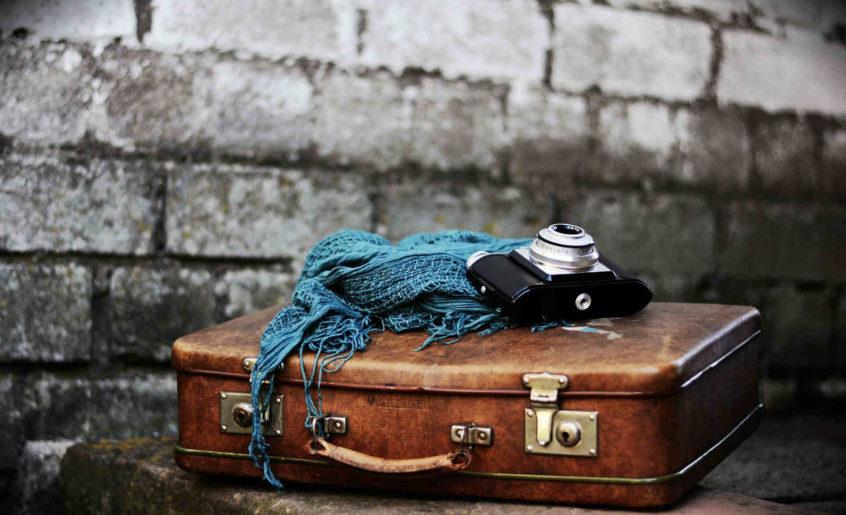 Kofer, marama i fotoaparat, slika: https://pixabay.com