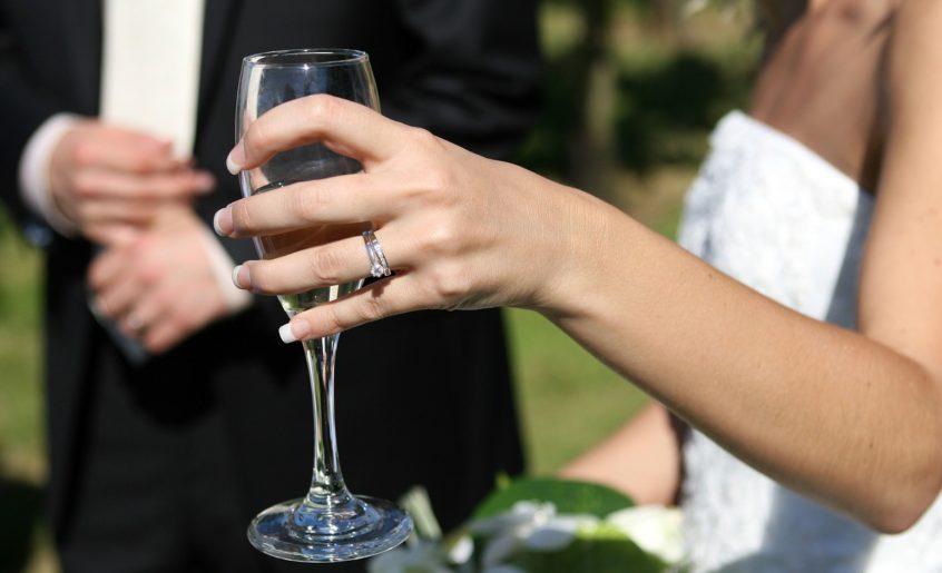 vencanje-ruke-mladenci-casa