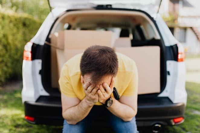Čovek plače u autu
